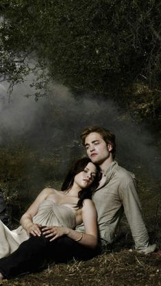 Robert Pattinson and Kristen Stewart Twilight Bella And Edward, Twilight Saga Quotes, Twilight Saga New Moon, Vampire Twilight, Twilight Saga Series, Twilight Cast, Edward Bella, Twilight Series, Twilight Movie