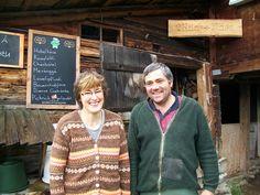 Susanna und Fritz Germann vor ihrer Hütte auf der Alp Laueli, Adelboden, Schweiz