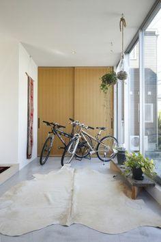 自転車の向こうにはクローゼットを配置してご主人のアウトドアグッズなど収納。