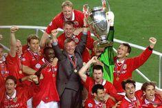 En 1993 bajo el liderazgo del delantero francés Éric Cantona tras dos décadas sin sumar ningún trofeo a la estantería conquistaron el primero de los doce títulos de Premier League que acapararía Ferguson, a los que se sumaron dos Ligas de Campeones, en 1999 y 2008.