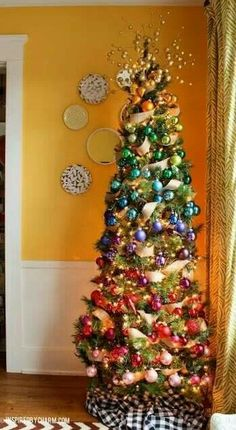 Interesting.  Kind of an ombre tree.  I like it.  But the tree skirt doesn't go with the della robbia look of the tree.