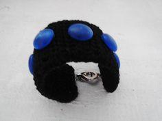 """- Pensando nas fashionistas ecologicamente corretas a """"Pry Olyver"""" desenvolve braceletes em croche com base pet e utilizando aproveitamento de fios e outros materiais. Para dar um charme especial aplicação de chatons fosco em forma de bolas - Medida: 19 cm comp x 4 cm larg - Cor: preto/azul"""