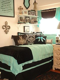 Ahhhhhh! I'm am seriously dieing here! Tiffany blue, bows, and Paris, all my obsessions!