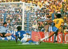 Sócrates empata o jogo para o Brasil contra a Itália na Copa do Mundo de 1982. Naquele momento estávamos nas semifinais.