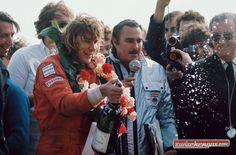 Es ist nun genau 40 Jahre her seit James Hunt in einem dramatischen Rennen die FIA Formel 1 Weltmeisterschaft im Jahr 1976 gewann: http://www.zwischengas.com/de/news/Die-Silverstone-Classic-feiert-James-Hunt-40-Jahre-nach-seinem-groessten-F1-Sieg.html?utm_content=buffer137cd&utm_medium=social&utm_source=pinterest.com&utm_campaign=buffer  Foto © Zwischengas Archiv
