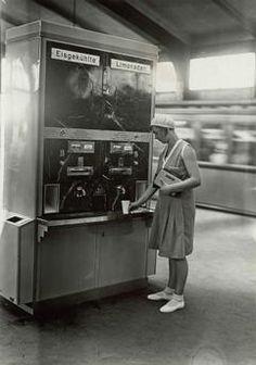 1930 Erfrischungsautomat in der Berliner U-Bahn