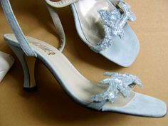Hellblau mit Pailetten, süße Sandaletten zur Jeans.