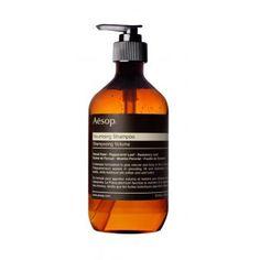 Spécialement formulé pour les cheveux fins et clairsemés, ce shampoing Aesop à base de graine de fenouil, de menthe poivrée et de feuilles de romarin, apporte volume et matière à la chevelure.