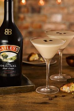 Enjoy this drink beside a nice warm fire on a cold winter night! The Alpine Baileys drink is made from Baileys Irish Cream, hot coffee and peppermint schnapps, and served in an Irish coffee glass. Baileys Martini Recipe, Baileys Cocktails, Baileys Recipes, Vodka Martini, Martini Recipes, Cocktail Drinks, Fun Drinks, Yummy Drinks, Cocktail Recipes