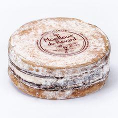 Ce fromage à pâte molle très crémeuse, est fabriqué au pied du Revard au dessus du lac du Bourget. De saveur légèrement salée, aux arômes boisés et lactés. Sa texture onctueuse donne une grande générosité à ce fromage au goût marqué et persistant en bouche. Il se présente cerclé d'une sangle d'épicéa. Fromage Cheese, Queso Cheese, Camembert Cheese, Cheese Design, Saveur, Pain, Wines, Cocktails, Tasty