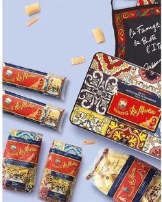 """Das italienische Modehaus hat sich mit dem berühmten Pasta-Hersteller """"Pasticifico di Martino"""" zusammengetan, um eine limitierte Pastaedition auf den Markt zu bringen. Rund 5000 Nudel-Boxen sind erhältlich. Laut """"Business of Fashion"""" wurde """"Pastificio di Martinos"""" Rezept von den beiden Designern aber nicht verändert. Warum kostet eine Box dann 95 Euro?"""