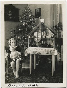 Doll House 1942 and compo doll lucky girl ! Old Time Christmas, Christmas Scenes, Noel Christmas, Retro Christmas, Xmas, Vintage Christmas Photos, Vintage Holiday, Christmas Pictures, Antique Christmas