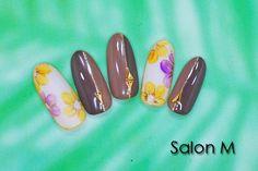 ハロウィンカラーフラワーネイル シックなアッシュ系ブラウンと花柄を組み合わせた大人なデザイン!お花はさりげなくハロウィンカラーです(^^)/是非オシャレネイルは千葉ネイルサロンSalonMで!!!!