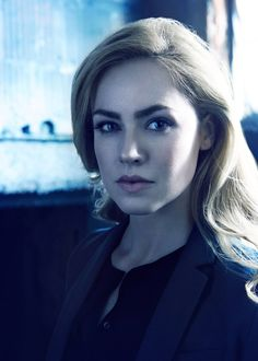 Amanda Schull as Dr Cassandra Railly in 12 Monkeys. Great show and she's absolutely beautiful!
