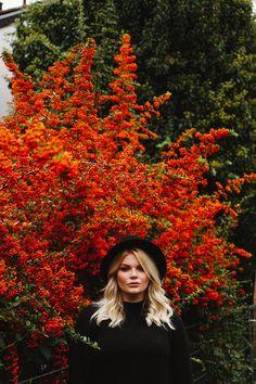 Herbst Fotoshooting mit Curvy Model Janina // Curvy Supermodel Teilnehmerin // Blogger Fashion Portrait Idee für Herbst und Winter