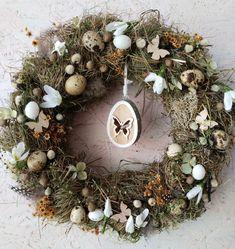 Motýli+v+břiše+Přírodní+věneček,+základem+je+seno+na+slaměném+korpusu,+dozdobený+sušenými+rostlinkamia,+textilními+květy+Průměr+cca+35+cm