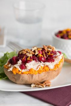 Roast Turkey and Cranberry Stuffed Sweet Potatoes Tiphero Recipes, Stuffed Baked Potatoes, Yummy Food, Tasty, Sweet Potato Recipes, Roasted Turkey, Vegetable Dishes, I Love Food, Food To Make
