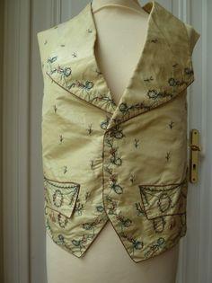 Un gilet, fin XVIIIème, début XIXème siècle en soie jaune, broderie Beauvais et broderies de rubans à décor de fleurs dans les tons rose, bleu et vert, on y joint un devant de gilet Louis XVI (non découpé),… - Eric Caudron - 21/05/2016