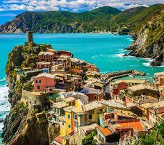 Wegdroommomentje: Laten we even wegdromen naar Vernazza. Een van de vijf dorpen van het Italiaanse Cinque Terre. Gekleurde huisjes, een main square direct aan het knusse strandje en genoeg bootjes die je naar de andere dorpjes van Cinque Terre brengen.