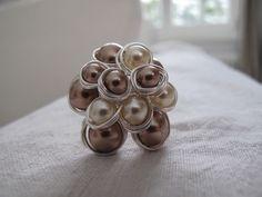 Grosse bague en perles de verre et fil de cuivre gris