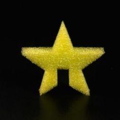 ESTRELLA STRATOCELL COLORES. Formas de estrella de 5 puntas de stratocell en 4 colores: rojo, verde, azul y amarillo para decorar el árbol de Navidad de stratocell. #MWMaterialsWorld #stratocell #espumapolietileno #polyethylenefoam #decoracionnavidad #christmasdecoration