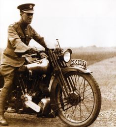 Lawrence on one of his Brough Superiors around British Motorcycles, Vintage Motorcycles, World War One, First World, Lowell Thomas, Lawrence Of Arabia, Military Officer, American War, World History