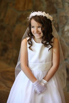 Occasions Hairstyles Girl Look Good In Your Events, Frisuren,, Occasions Hairstyles Girl Look Good In Your Events Source by silvanaamour. First Communion Veils, Première Communion, First Holy Communion, Loose Hairstyles, Latest Hairstyles, Girl Hairstyles, Communion Hairstyles, Retro Stil, Poses