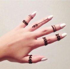 Unhas brancas&  mãos com henna