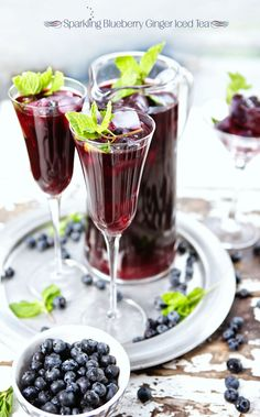 Sparkling Blueberry Ginger Iced Tea (green tea, blueberry juice, and ginger beer). Refreshing Drinks, Fun Drinks, Yummy Drinks, Healthy Drinks, Yummy Food, Beverages, Cocktails, Non Alcoholic Drinks, Iced Tea Recipes