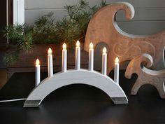 Chandelier composé d'une structure de chandelier arqué en boisblanc avec 4 pieds en métal brut, de 7bougies