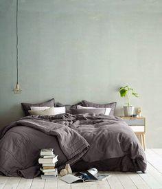 30 inspirations déco pour la chambre : ♡ On aime : L'asymétrie : lampe suspendue à gauche, chevet à droite + Le vert de gris du mur
