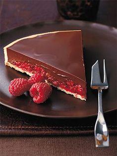«Шоколадно-малиновый тарт» Для теста: 250 г муки 100 г сливочного масла, нарезать кубиками 100 г сахарной пудры, просеять щепотка соли 2 яйца комнатной температуры Приготовление: 240 г сахарного теста 250 г малины горсть листьев мяты, мелко нарезать Шоколадный ганаш: 250 мл жирных сливок 200 г темного шоколада (60—70 % какао), мелко порубить 25 г жидкой глюкозы 50 г сливочного масла, нарезать маленькими кусочками