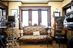 Яркая обивка дивана в интерьере