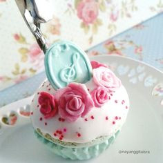 sweet treats for the sweetest friends ever  #cupcake #flower #shabby #flowercupcake #stationery #clipnote #paperclip #clip #airdryclay #fakesweets #fakefood #clay #claycreation #clayart #craft #handmade