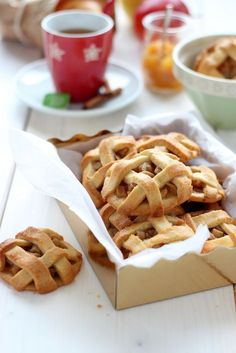 Apple pie cookies- need to translate! Yummy Treats, Delicious Desserts, Sweet Treats, Yummy Food, Apple Pie Cookies, Biscuit Cookies, Jam Cookies, Cookie Recipes, Dessert Recipes