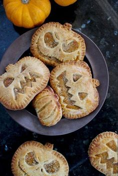 Jack-O-Lantern Pumpkin Hand Pies. Great for a Halloween party Jack-O-Lantern Pumpkin Hand Pies. Great for a Halloween party Halloween Desserts, Postres Halloween, Halloween Food For Party, Halloween Jack, Halloween Chocolate, Halloween Foods, Halloween Cookies, Halloween Pie Recipe, Halloween Stuff