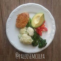 Almoço e primeira refeição do dia: brócolis couve flor tomate abacate e hambúrguer de frango. Simples e saboroso! #dieta #dietas #dietasempre #eatclean #eatingclean #eatcleantrainmean #paleo #paleofood #paleoliving #paleolife #paleolifestyle #paleolitica #paleodiet #dietapaleo #dietapaleolitica #desafiopaleo2de30 #desafiopaleo #primal #primalfood #primaldiet #realfood #eatright #eatrealfood #eatrealfoods #mydiet #mydietdiary