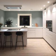 En dempet og sval mintaktig tone Interior Styling, Interior Decorating, Sage Green Walls, Colour Pallete, New Kitchen, Furniture Decor, Sweet Home, House Design, Living Room