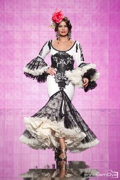 Alicia Cáceres, SIMOF 2014 black and white ruffle c bottom dress Flamenco Costume, Jazz Dance Costumes, Ballroom Dance Dresses, Flamenco Dresses, Flamingo Dress, Salsa Dress, Spanish Fashion, Tribal Belly Dance, Frou Frou
