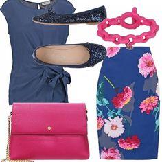 Un outfit dallaspetto gradevole nel quale la ballerina di strass blu gioco il ruolo di protagonista! Gonna al ginocchio blu con una gradevole fantasia di fiori, top con motivo di nodo sul fianco, pochette e bracciale fucsia!