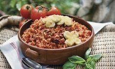 Tomatenrisotto Swiss-Style: Tomaten in siedendem Wasser 2-3 Minuten blanchieren. Herausnehmen, enthäuten, klein würfeln, beiseitestellen. Risotto: Zwiebel in ...