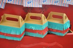 Una forma muy festiva de presentar las cajitas de regalo en una fiesta, ¡con flecos! / A festive way to present the party favour boxes at a party, with fringe!