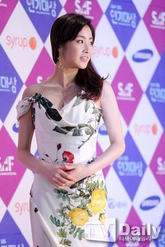 The 16 Worst-dressed Korean stars from the 2014 award season Korean Actresses, Korean Actors, Actors & Actresses, Kang Sora, Asian Girl, Asian Ladies, Korean Dress, Korean Star, We Fall In Love