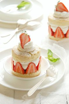 Individual Strawberry Shortcakes - The Kitchen Mccabe ! individuelle erdbeer-shortcakes - the kitchen mccabe ! sablés individuels aux fraises - the kitchen mccabe Fancy Desserts, Just Desserts, Dessert Recipes, Cold Desserts, Gourmet Desserts, Plated Desserts, Mini Cakes, Cupcake Cakes, Strawberry Shortcake Recipes