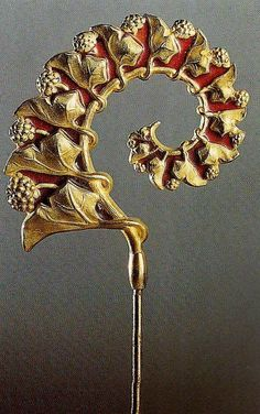 Lalique  1900 'Ivy and Clover' Hatpin: chased gold, translu-cent enamel on gold. 'The Jewels of Lalique' Yvonne Brunhammer