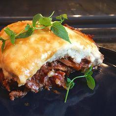 Du trenger ikke pasta for å lage god lasagne – platene kan du fint bytte ut med for eksempel squash, eller søtpotet som i denne oppskriften. Til å jevne den hvite sausen (bechamelsaus) kan du bytte ut hvetemel med kikertmel, det er nesten ikke så man kan smake forskjell på det!  Denne oppskriften på lasagne gir ca 8 porsjoner. Du kan enten bruke en høy form, eller en litt større lavere form. I den høye får du plass til … Small Meals, Squash, Food And Drink, Keto, Pasta, Dinner, Ethnic Recipes, Meal Recipes, Lasagna