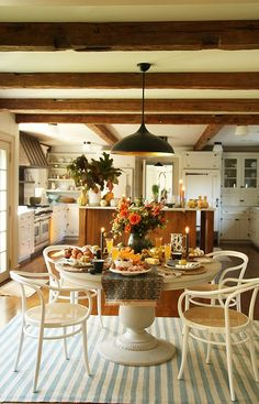 An Entertaining Expert Takes Us Inside Designers' Homes—and Recipe Collections Kitchen Nook, Rustic Kitchen, Apple Cider Mimosa, Dining Area Design, Vintage Coffee Cups, Jell O, New Orleans Homes, Fall Breakfast, Leaf Table