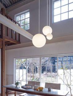 吹き抜け用モディファイLED照明 (吹き抜け) Interior Lighting, Home Lighting, Lighting Design, Modern Light Fixtures, Light Fittings, Sphere Light, Entry Foyer, Garage, Hanging Lights