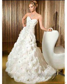 2013 Neue Luxuriöse Brautmode aus Tüll schulterfreier herzförmiger Ausschnitt mit verziertem gerafftem Korsett und A-Linie Rock mit Kapelleschleppe