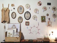 Acepipes de Lourenço é um ateliê e galeria com a proposta da artesania. Apresenta no Itinerante peças únicas ou com pouca tiragem, de objetos que se relacionam com a afetividade.